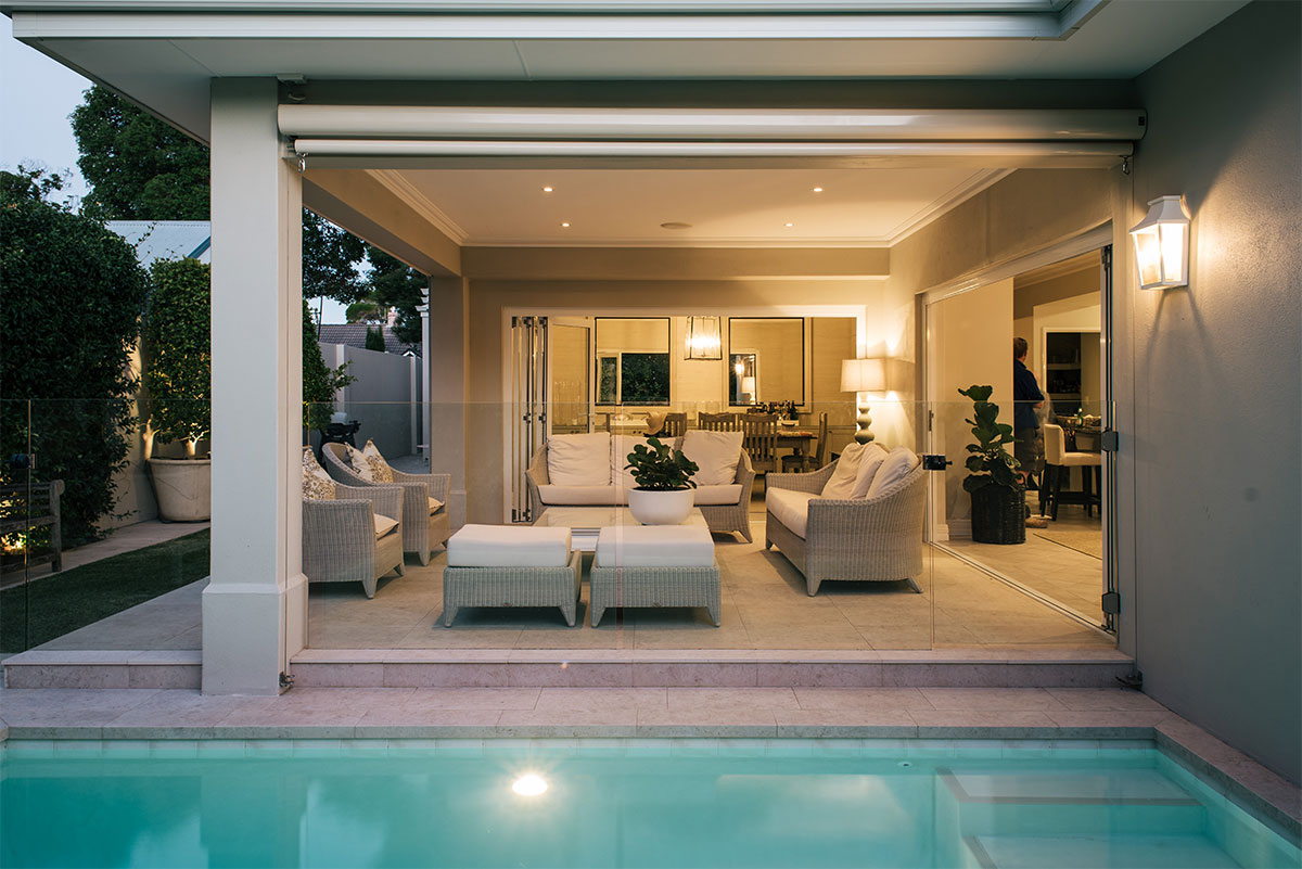 Stunning patio in Claremont with unhibited view of the pool thanks to frameless glass fencing